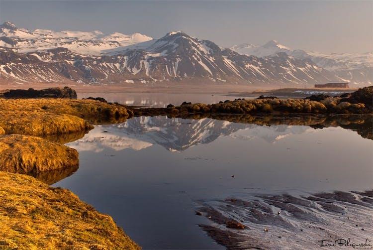 Озеро Миватн и близлежащие места известны геотермальной активностью и темными вулканическими пейзажами.