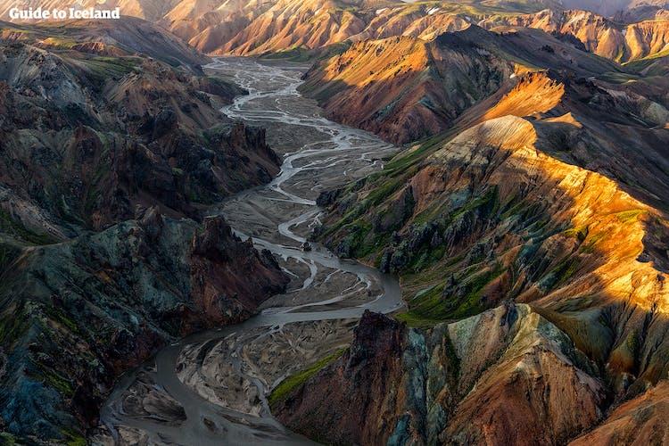Landmannalaugar ('Wasserbecken des Volkes') sind für ihre zauberhaften, kaleidoskopartigen Farben und verschlungenen Wanderwege bekannt.