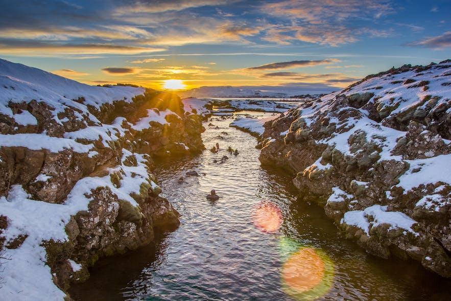 真冬の12月にもアイスランドでシュノーケリングを体験できる