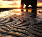 หินฮวิทแซร์กูร์ในทางเหนือของไอซ์แลนด์ต้องแสงสวยใต้พระอาทิตย์เที่ยงคืน
