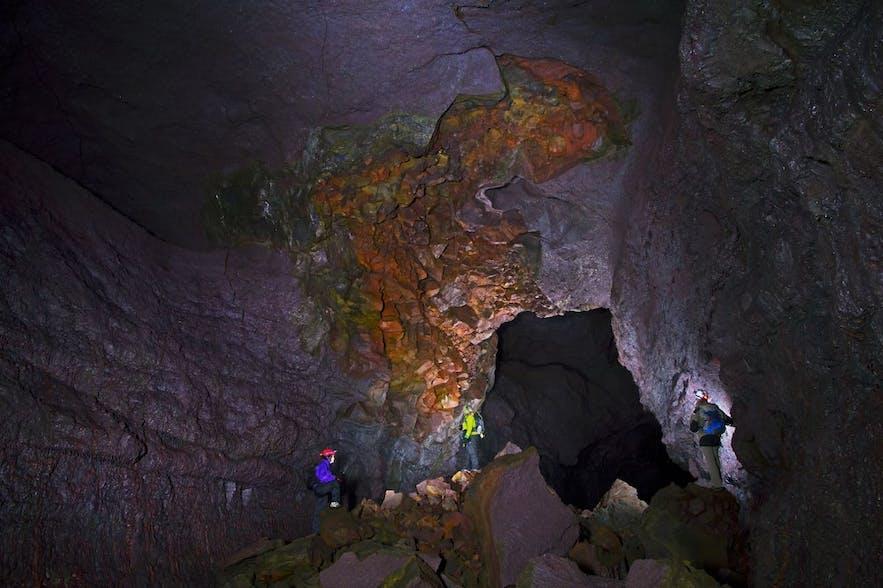 비드겔미르 동굴의 알록달록한 동굴 내부