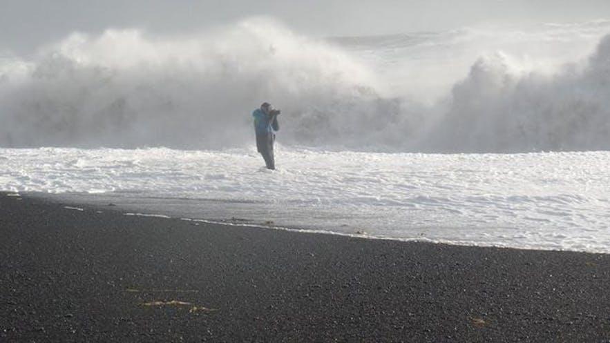 Reynisfjara黑沙滩身处危险的游客