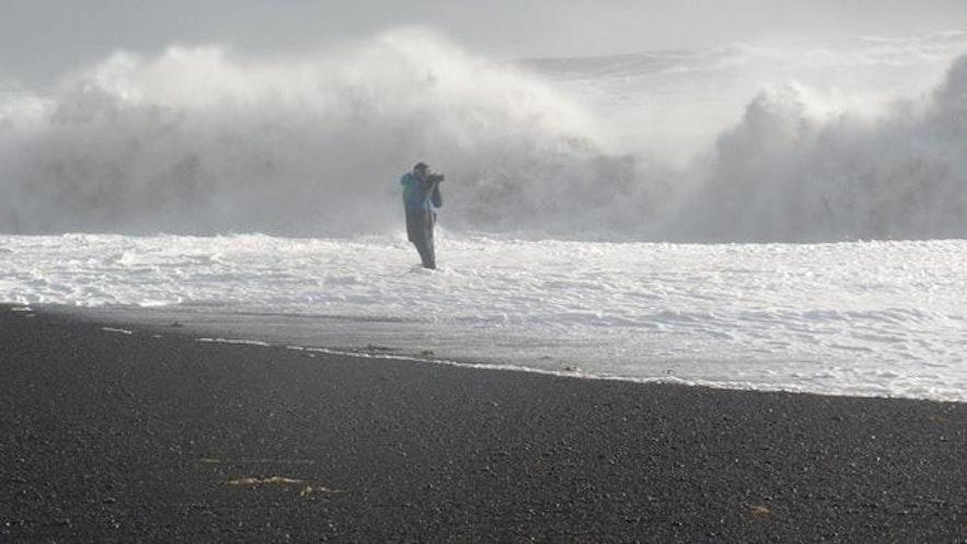위험한 행동을 하는 여행객, 레이니스퍄라 해변