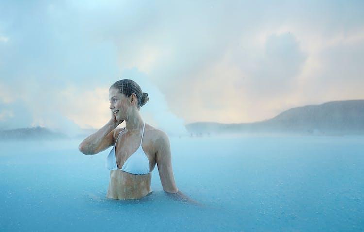 Entspanne vor deinem Rückflug im warmen, azurblauen Wasser der Blauen Lagune.