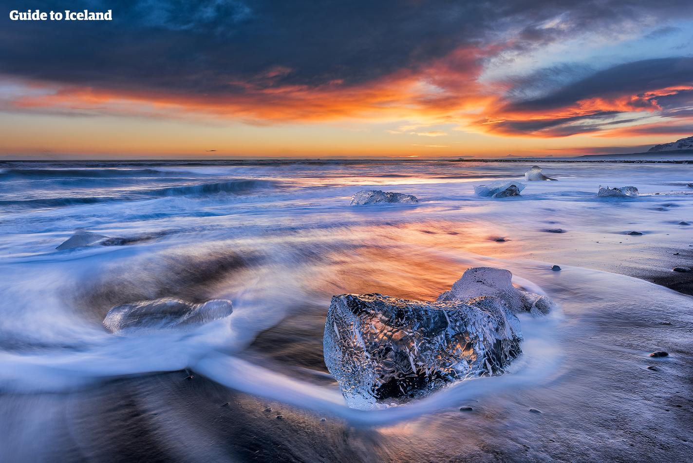 Бриллиантовый пляж - часть побережья на юге Исландии, куда вымывает обломки ледников.