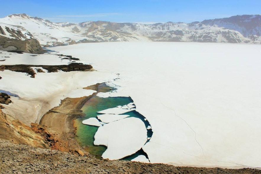 ทะเลสาบน้ำแข็งในภูเขาไฟอาซค์จาในที่ราบสูงของประเทศไอซ์แลนด์.
