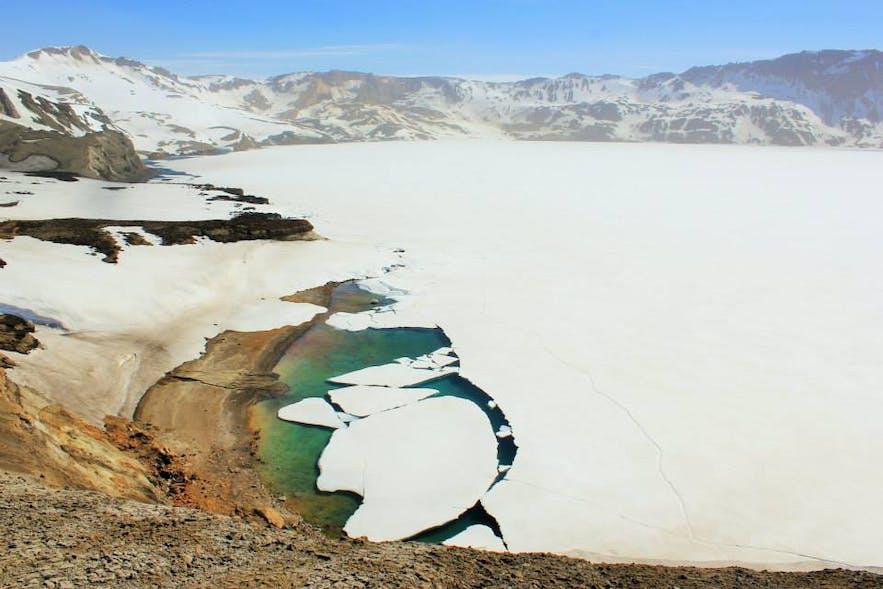 El lago congelado del volcán Askja en las tierras altas de Islandia