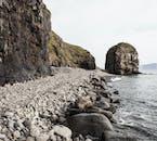 Une belle plage de galets dans les fjords islandais.