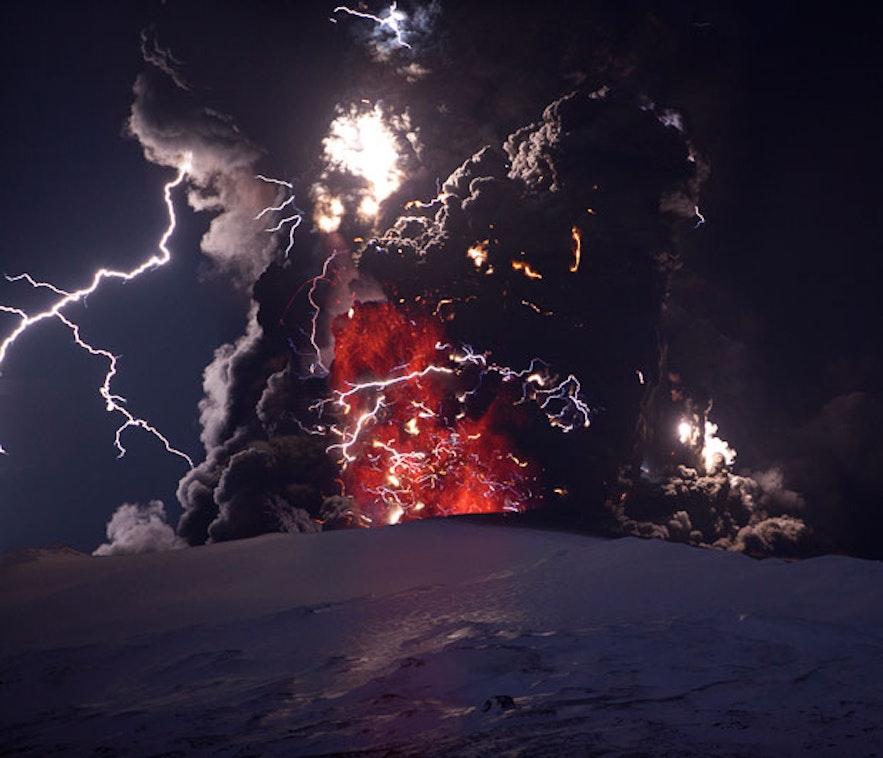 エイヤフィヤットラヨークトル火山 写真: Ragnar Þ Sigurðsson
