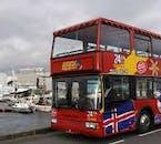 El autobús turístico de la ciudad en el Puerto Viejo de la capital de Islandia.