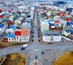 La capital de Islandia es una ciudad de importancia cultural e histórica; un autobús turístico te permite ver todas las atracciones principales de una sola vez.