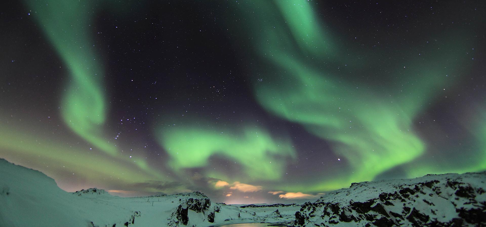 Norrskenet syns bara på vintern och lyser upp det vackra frostnupna landskapet.