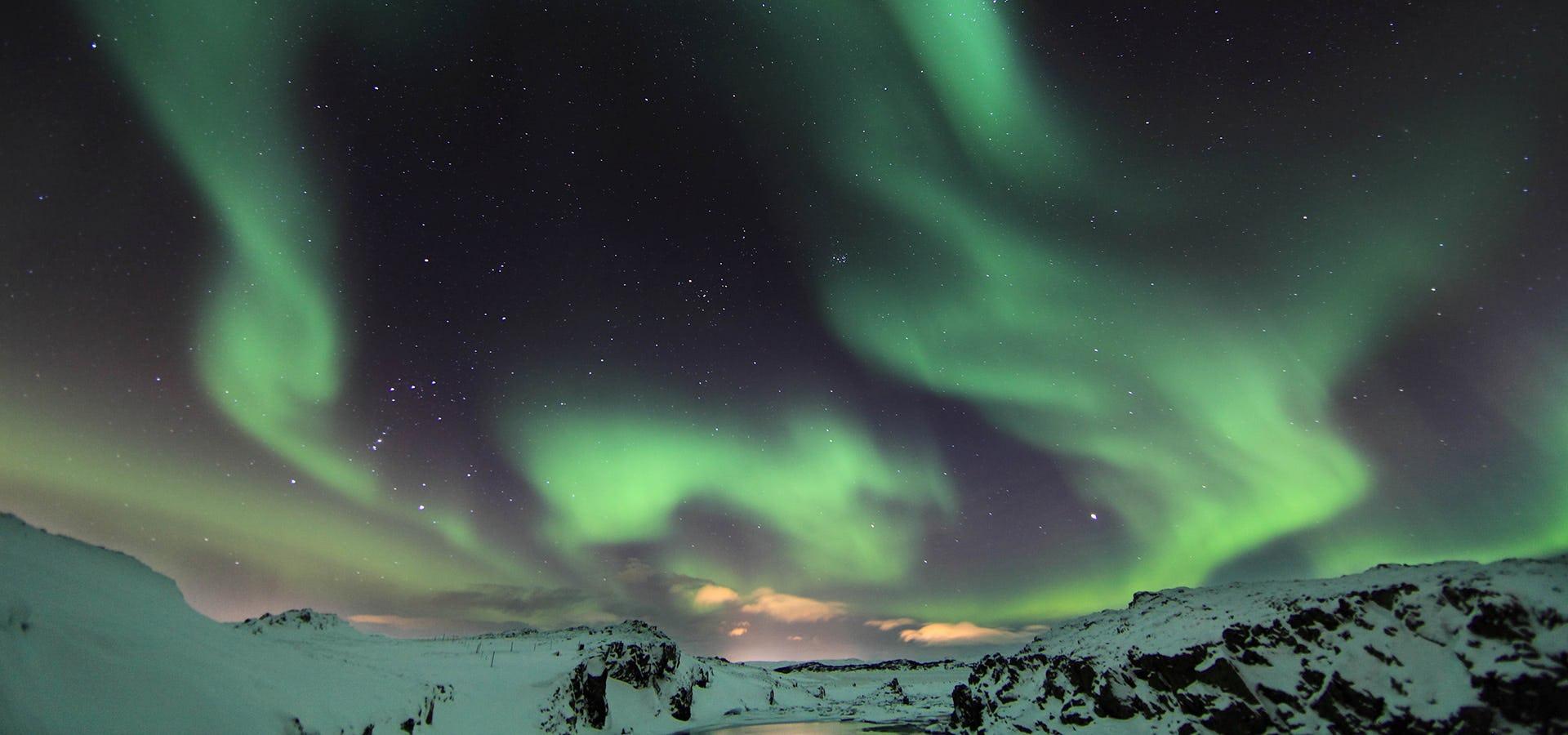 Wieczór i zorza polarna w Laugarvatn Fontana