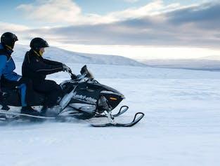 Экскурсии, включающие в себя катание на снегоходах, обеспечивают любителям приключений насыщенный день.