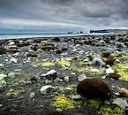 검은색의 화산모래가 해안을 뒤 덮은 아이슬란드의 남부해안 검은 모래해변