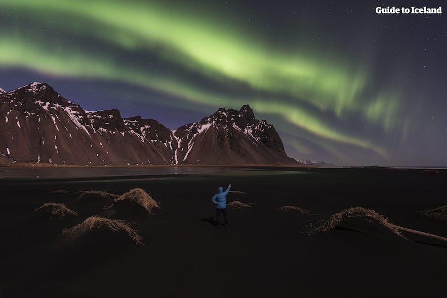 Северное сияние над горой Вестрахорн в восточной Исландии