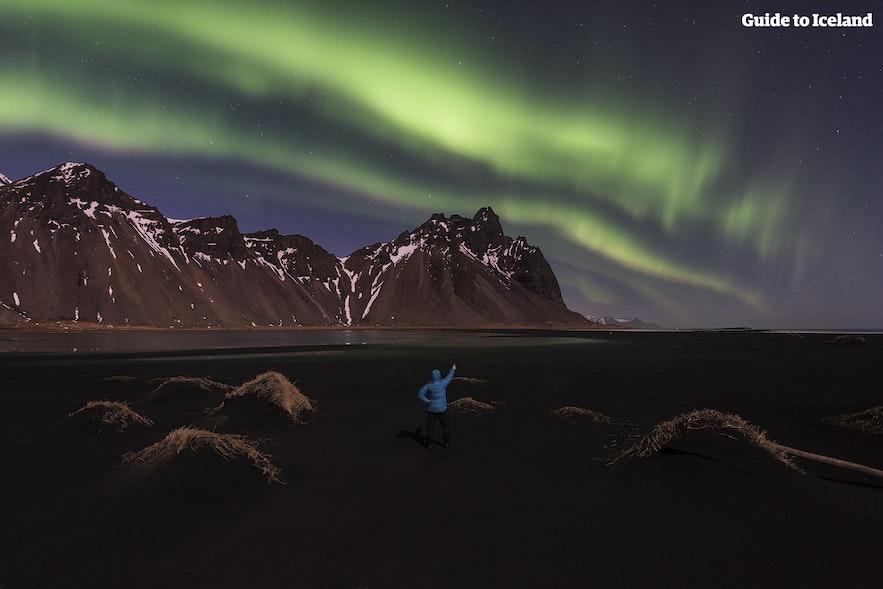 Auroras boreales sobre Vestrahorn en Islandia del este.