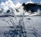 雪の大地から白煙が吹き出る景色はアイスランド北部にある地熱地帯で観察できる