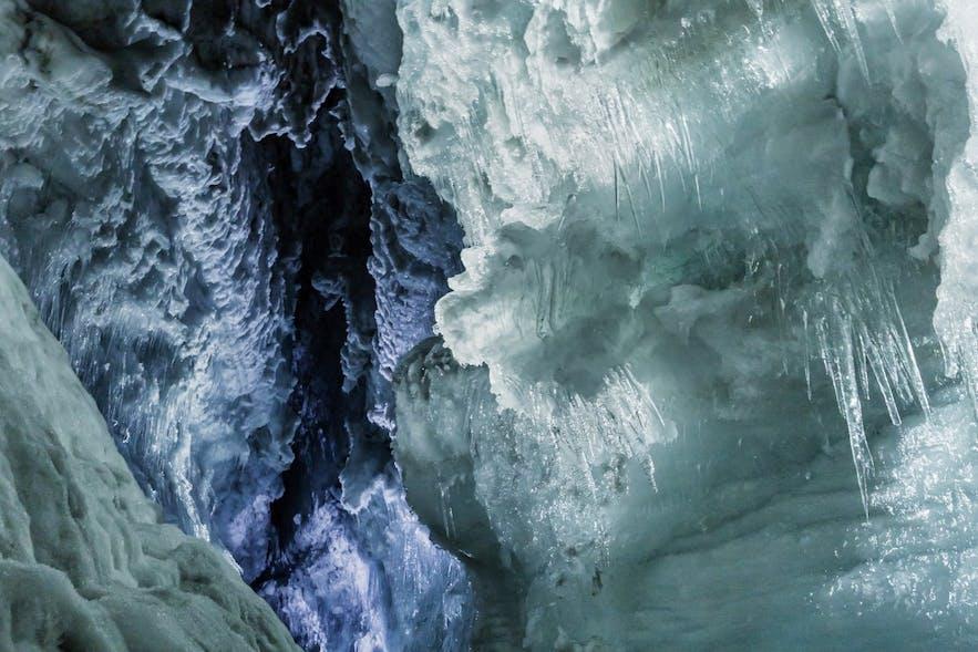 Naturalne pęknięcie widoczne w sztucznie wydrążonych tunelach lodowych w lodowcu Langjökull.