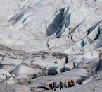 Randonner sur un glacier à Skaftafell est une activité de groupe sympa dans le sud-est de l'Islande