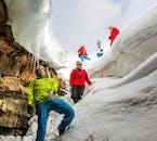 Im Winter ist der Eingang der Höhle Lofthellir in Island von einer Decke aus Schnee gesäumt.