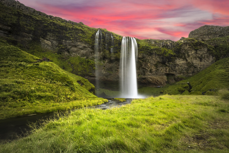 Wodospad Seljalandsfoss to jeden z najsłynniejszych na Islandii.