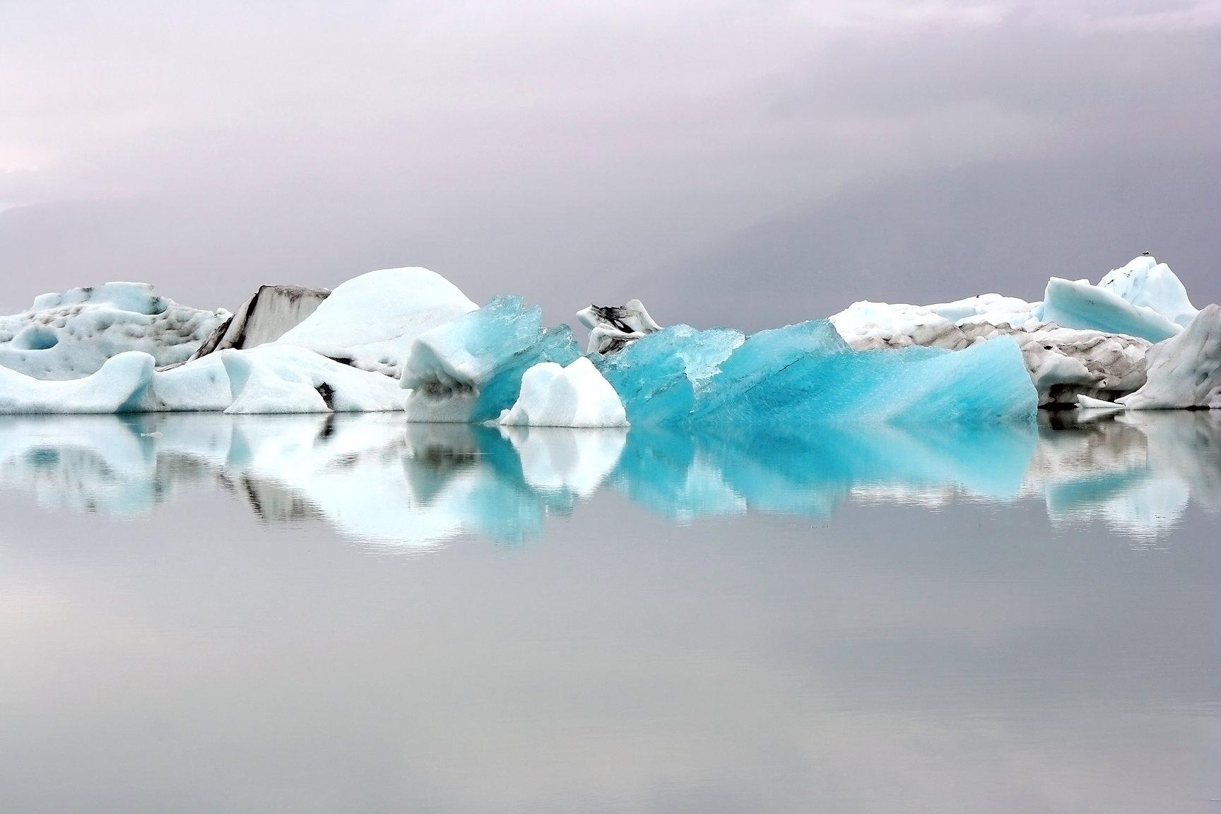 ヨークルスアゥルロゥン氷河湖にプカプカと浮かぶ氷山