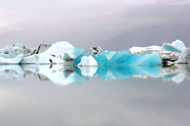 Laguna lodowcowa Jokulsarlon jest wypełniona górami lodowymi, które pochodzą z lodowca Vatnajokull.