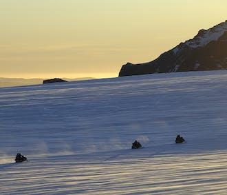 レイキャビク発 ラングヨークトル氷河でのスノーモービルツアー