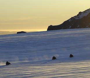 レイキャビク発|ラングヨークトル氷河でのスノーモービルツアー