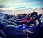 ラングヨークトル氷河で行うツアーに使うスノーモービル