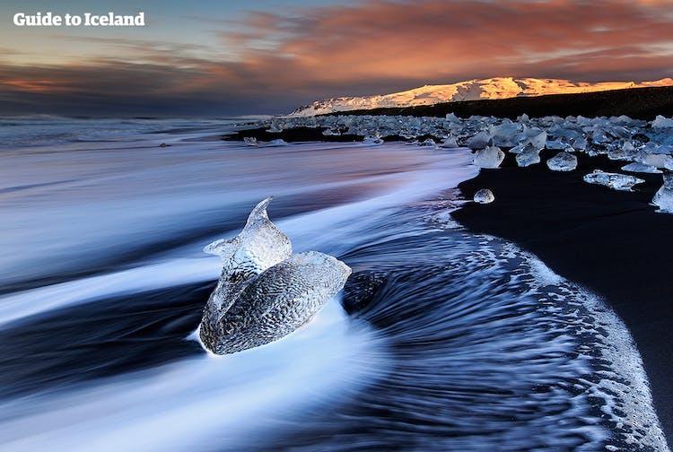 ヨークルスアゥロゥン氷河湖付近にある黒砂海岸に点々と氷河のかけらが転び、ダイヤモンドビーチと呼ばれる