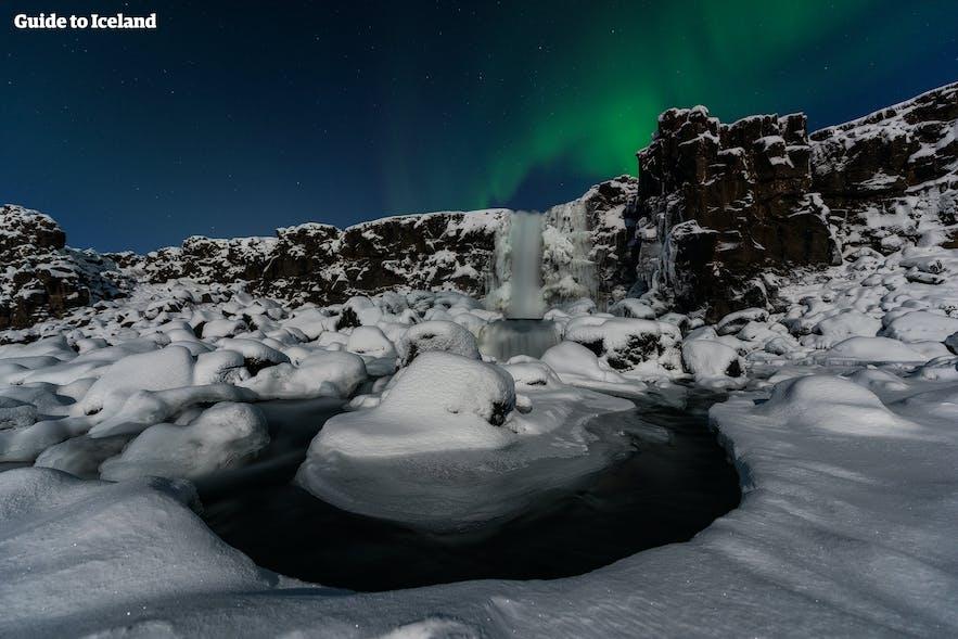 辛格维利尔国家公园的极光与瀑布