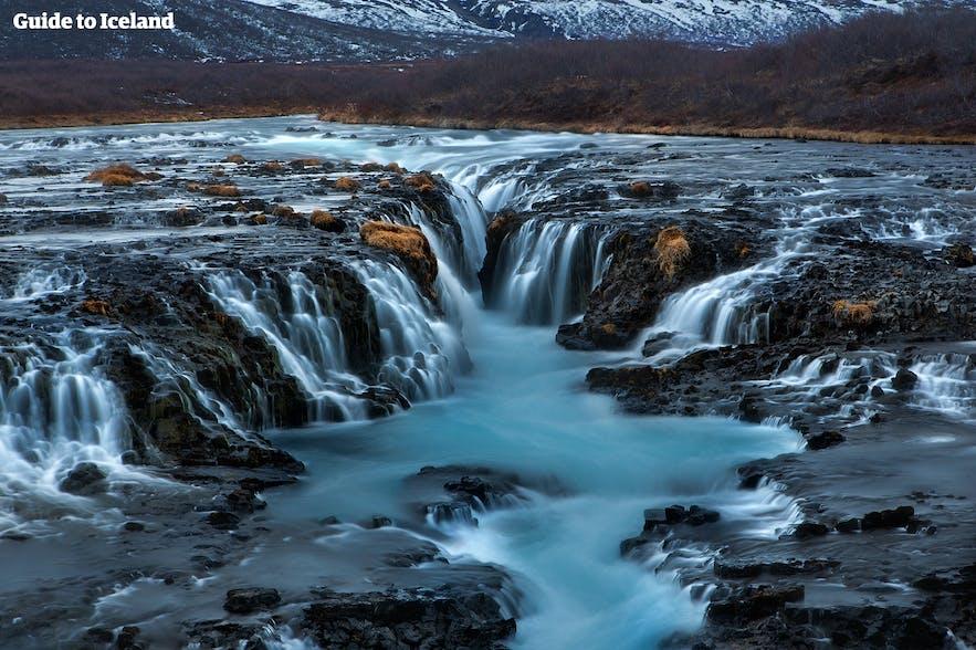 水色如蓝湖般美丽的瀑布布鲁尔-Brúarfoss