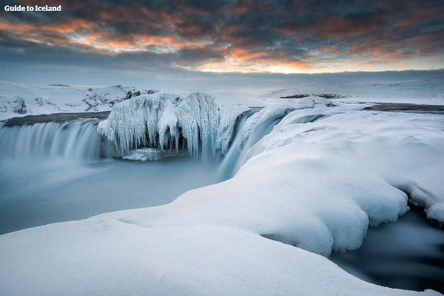 冬季的北部众神瀑布披上了厚厚的雪衣