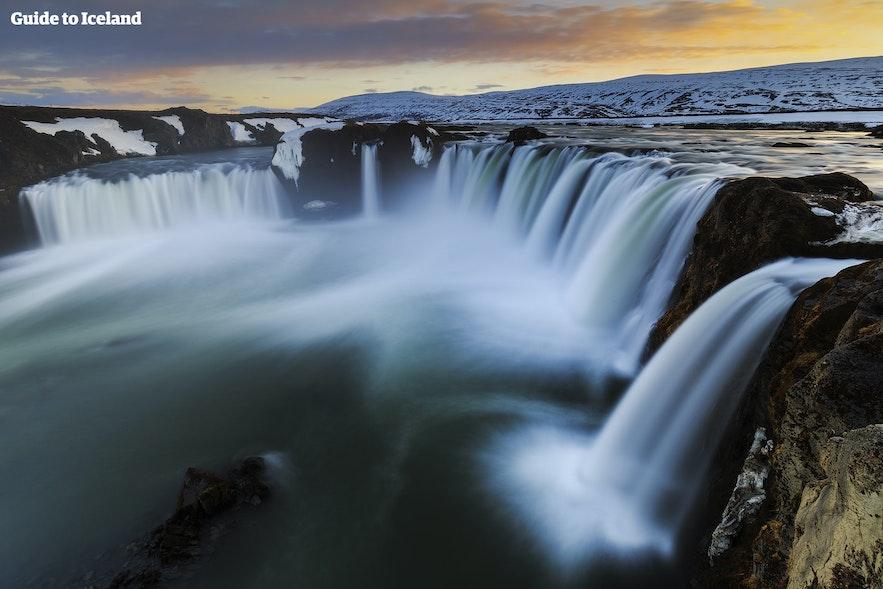 북부 아이슬란드의 고다포스 폭포는 1번 국도인 링로드 바로 옆에 위치