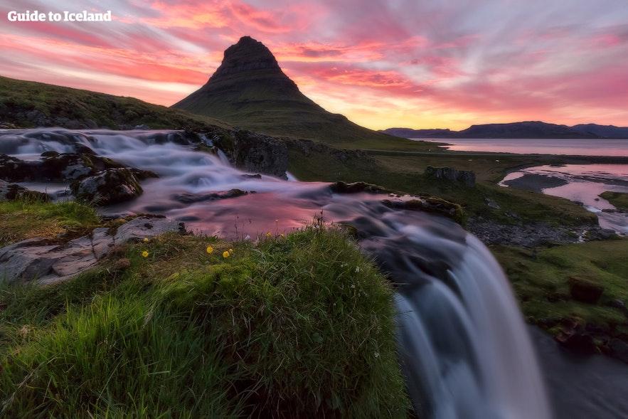 La montaña Kirkjufell y Kirkjufellsfoss en la península de Snæfellsnes se encuentran entre sus famosas atracciones.