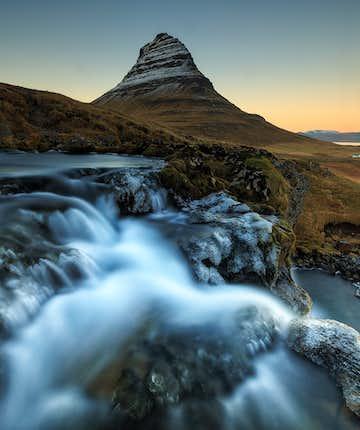 Ein schöner Wasserfall beim Berg Kirkjufell in Snæfellsnes