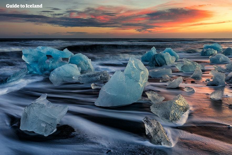 Plaża pełna brył lodu na Islandii