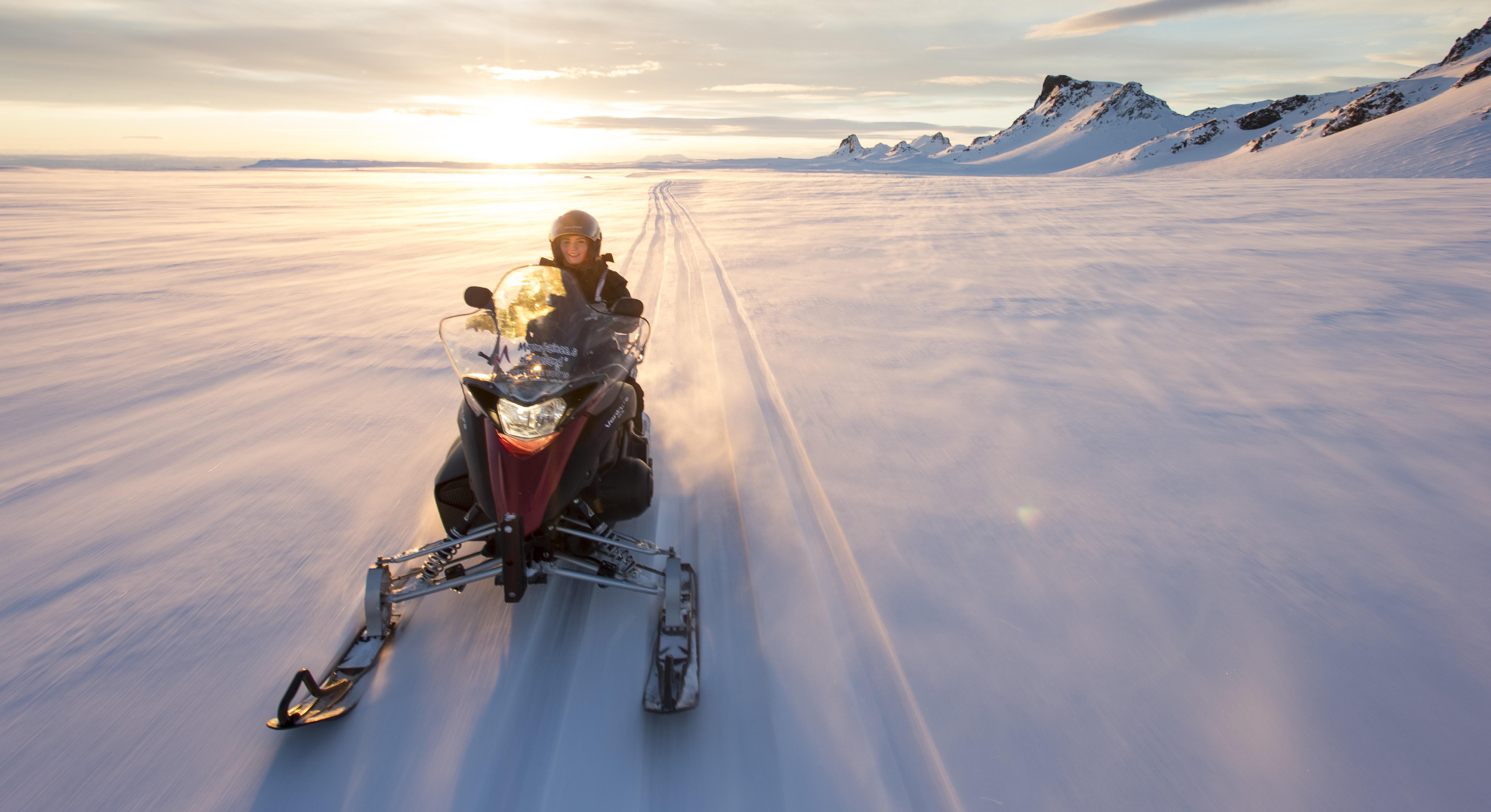 Geniet van je sneeuwscooteravontuur op de gletsjer Langjökull in IJsland.