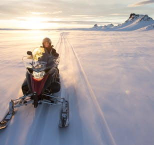 Катание на снегоходах по леднику Лаунгйёкютль