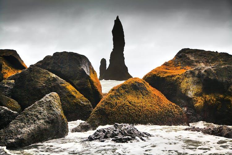 南海岸にあるレイニスドランガルの岩