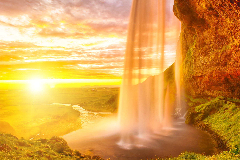 Alla cascata Seljalandsfoss puoi camminare dietro di essa.