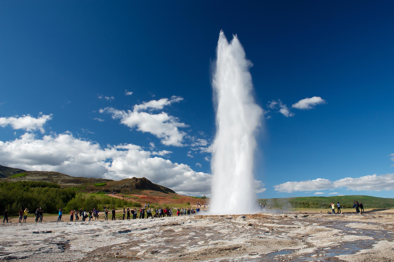 Con un impeto, Strokkur erutta acqua bollente oltre quaranta metri.