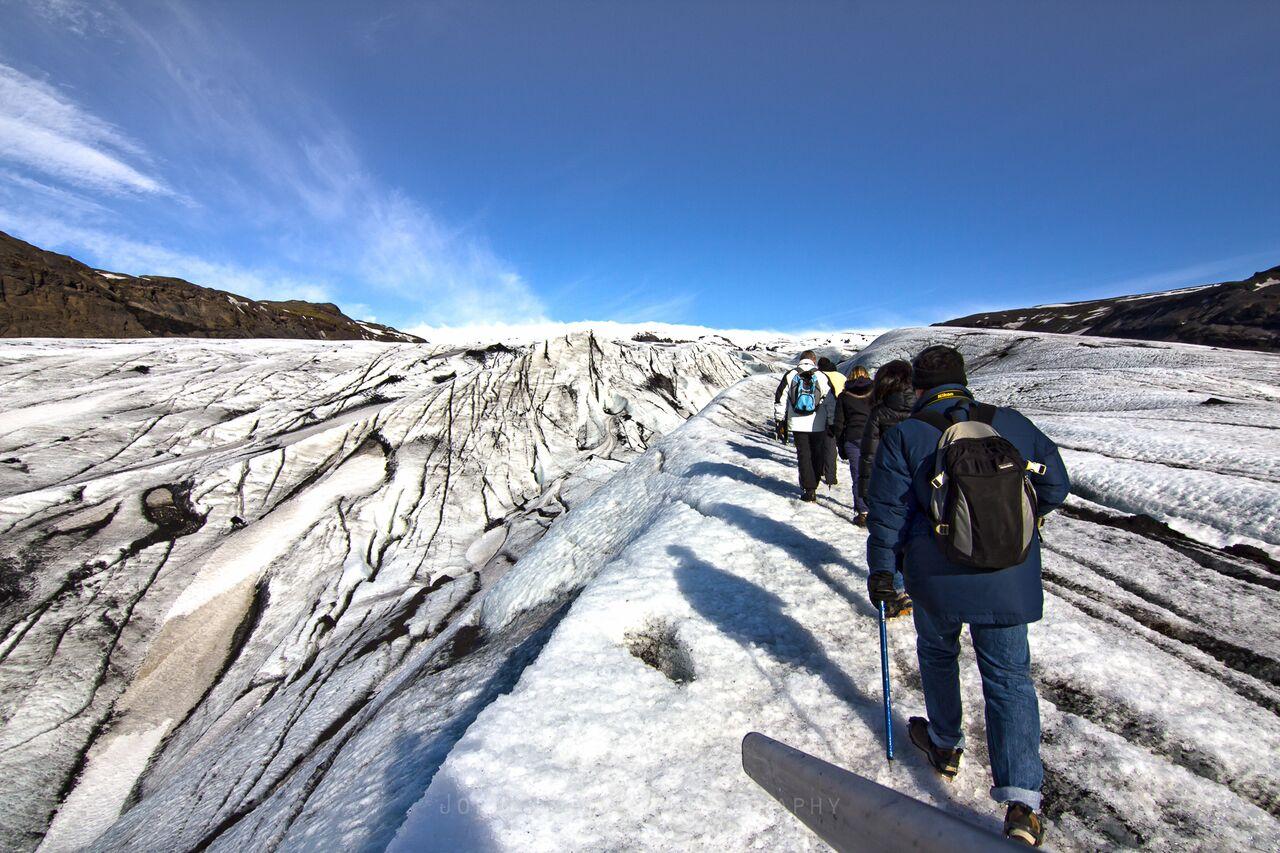 등산화에 크램폰(아이젠)이라는 빙하 장비를 착용하여 미끄러운 빙하 위에서도 안전하게 걸을 수 있습니다.