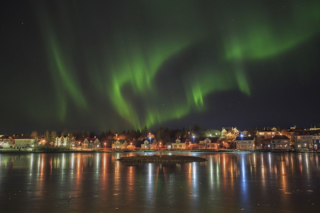Nordlys over bytjernet i Reykjavík