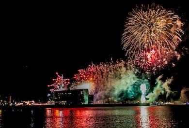 Soirée du Nouvel An à Reykjavik   Feu d'artifice en mer