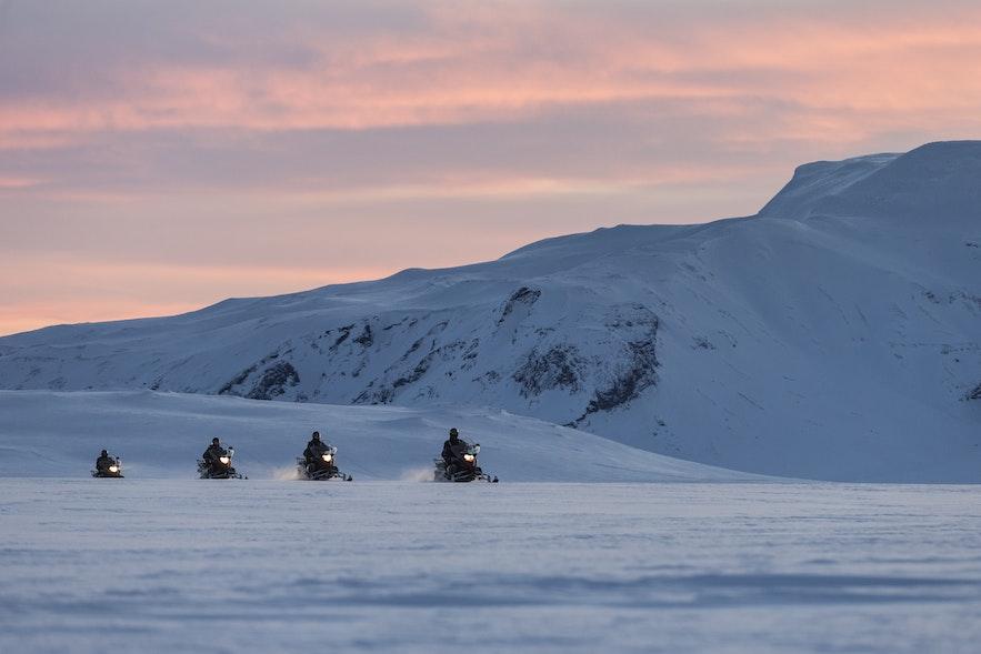 Skutery śnieżne na lodowcu Langjökull