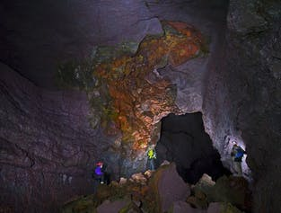 日本語音声ガイド付き アイストンネルと溶岩洞窟を楽しむ日帰りツアー