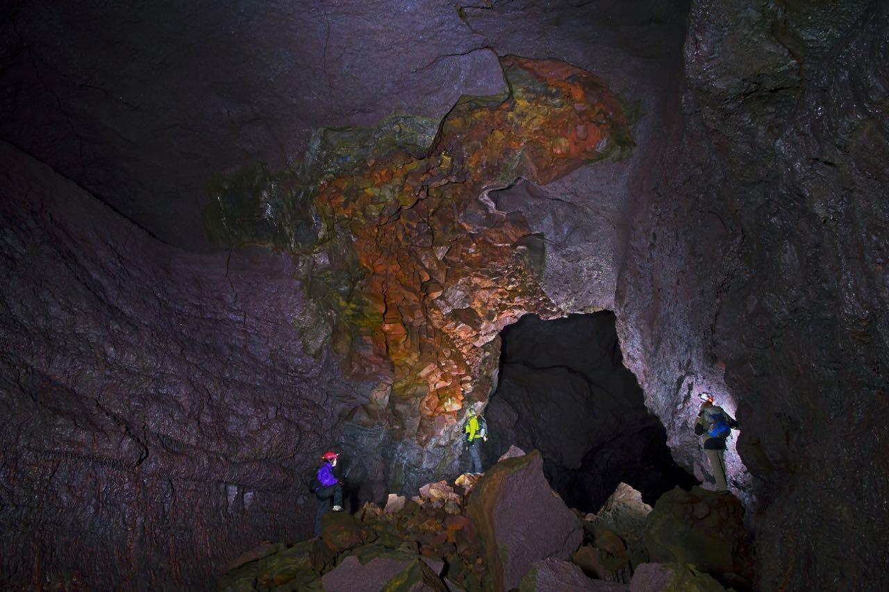 Grotteutforskingsguiden peker ut de mange praktfulle geologiske og vulkanske fenomenene i grotten Viðgelmir.